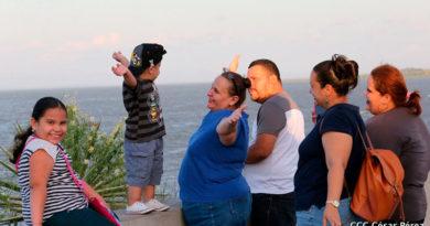 Nicaragüenses sonriendo y disfrutando en familia en el Puerto Salvador Allende de Managua, Nicaragua