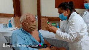 Personal médico del Ministerio de Salud de Nicaragua aplicando la vacuna contra el covid-19 en el departamento de Carazo, Nicaragua.
