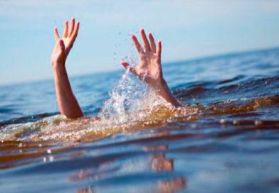 brazos de una persona saliendo del agua intentando no ahogarse