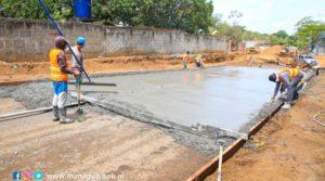 Trabajadores de la Alcaldía de Managua durante el chorreado de concreto en la obra del barrio Oscar Turcio