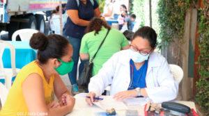 Personal medico del Ministerio de Salud brindando consulta médica en el barrio Bertha Calderón en el Distrito III de Managua