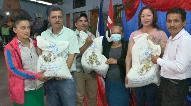 Representantes del Instituto Nicaragüense de Tecnología Agropecuaria (INTA) entregando bonos tecnológicos a productores de café en Nueva Segovia