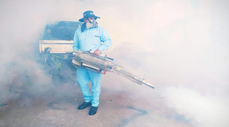 Brigadista del MINSA durante la fumigación realizada en el distrito IV de Managua