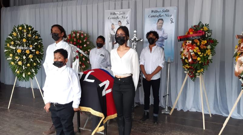 """Familia del artista de Nicaragua Wilber Solís """"Cantinflas Nica"""" rindiendo guardia de honor frente a su feretro"""