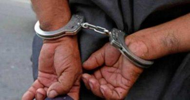 Manos de delincuente con esposas tras ser capturado