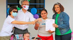 Representantes de la Alcaldía de Managua y embajada de Taiwán en Nicaragua, entregando las llaves de la nueva Vivienda Digna a la protagonista.