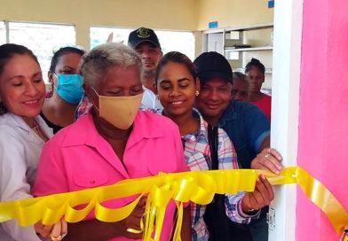 Doctora Sonia Castra, Ministra Asesora presidencial para temas de Salud junto a comunitarios de Karatá en el municipio de Puerto Cabezas, inaugurando la reconstrucción del centro de salud
