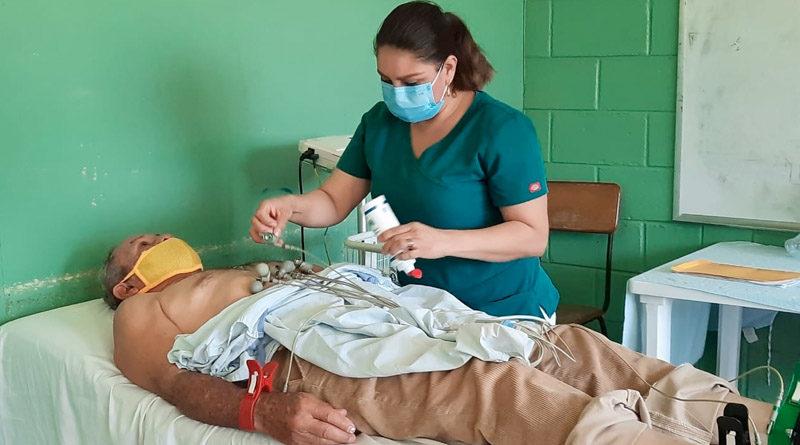 Médica del MINSA atiende a paciente en el centro de salud Roger Osorio