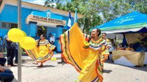 Jóvenes con trajes tradicionales amarillos realizan bailes folklóricos frente a la nueva Comisaría de la mujer en Santa Rosa del Peñón