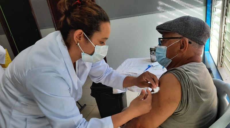Personal médico del Ministerio de Salud de Nicaragua vacunando contra el covid-19 en Managua