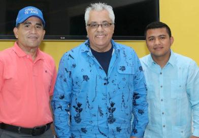 Danny Berrios junto al pastor Omar Duarte y Román Chocolatito González