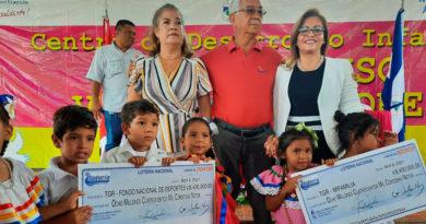 Autoridades de Lotería Nacional de Nicaragua entregando desembolso de utilidades al IND y MIFAMILIA