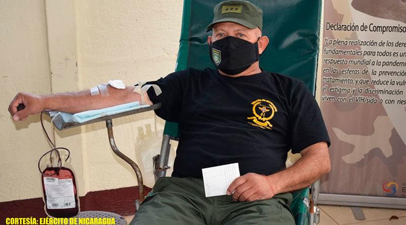 Soldado del Ejercito de Nicaragua acostado sobre una camilla donando sangre.