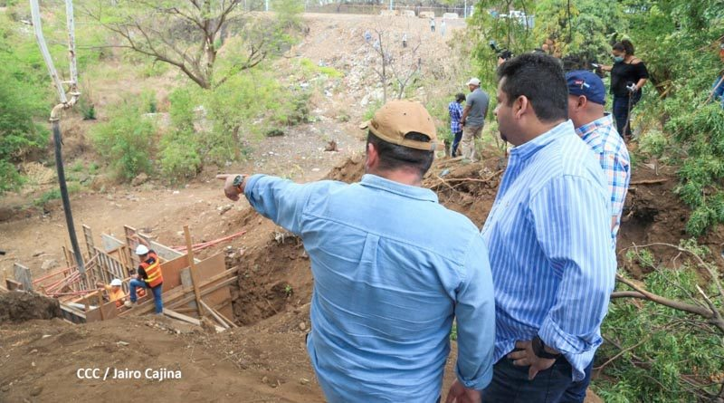 Fidel Moreno junto a autoridades del distrito II de Managua, durante la supervisión del proyecto ejecutado en Batahola Sur