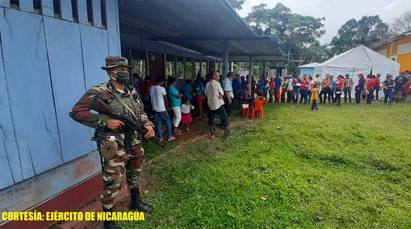Miembro del Ejército de Nicaragua durante el acompañamiento brindado al MINSA en el Caribe Sur