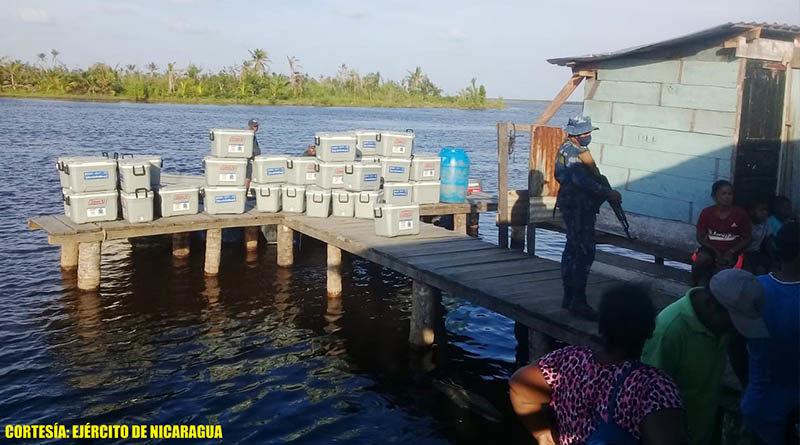 Miembros de la Fuerza Naval durante entrega de bonos realizados por el INPESCA en Puerto Cabezas