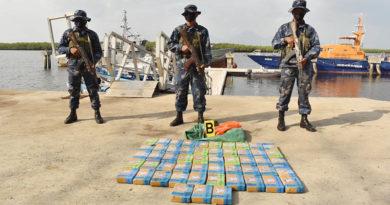 Miembros de la Fuerza Naval muestran la droga incautada en Corinto