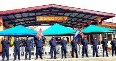 Bomberos frente a la nueva Estación de Bomberos Unificados en el municipio de Tola, Rivas.