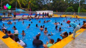 Familias capitalinas disfrutan este Jueves Santo de las refrescantes piscinas del Centro Turístico Xilonem en Managua.