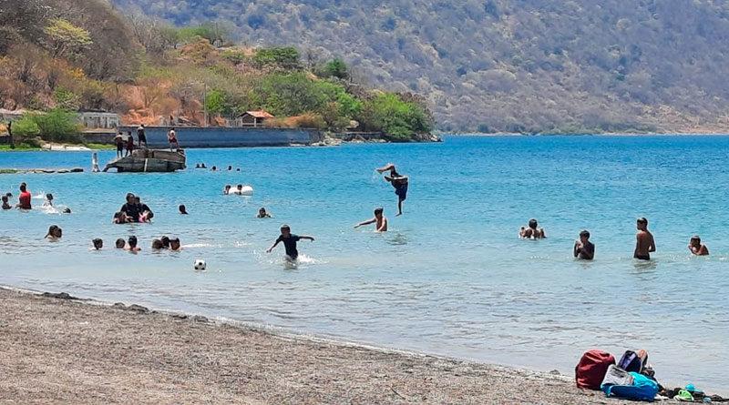 Familias capitalinas disfrutando de las aguas de la Laguna de Xiloá.