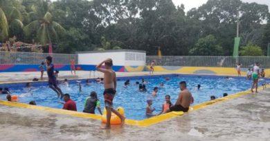 Niños y niñas se bañan en una de las piscinas del centro recreativo Xilonem en Managua