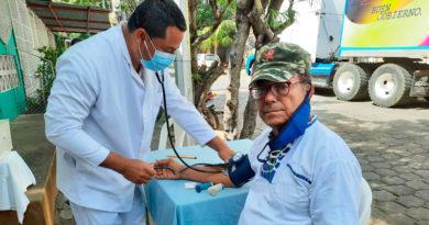 Personal médico del Centro de Salud Francisco Buitrago de Managua brindando consulta medica a un ciudadano.