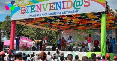 Familias nicaragüenses disfrutan de la Fiesta Playera 2021 en el Centro Turístico Pochomil en San Rafael del Sur.