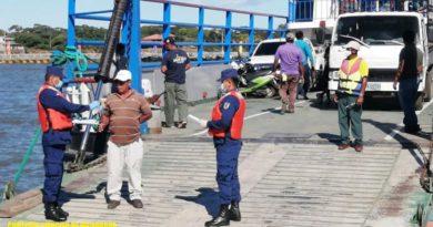 Miembros de la Fuerza Naval brindan inspección a embarcación en el lago Cocibolca