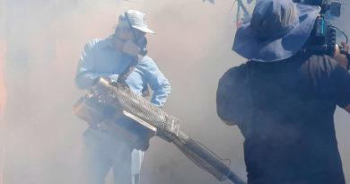 Brigadistas del Ministerio de Salud de Nicaragua fumigando una vivienda del barrio Tangará de Managua