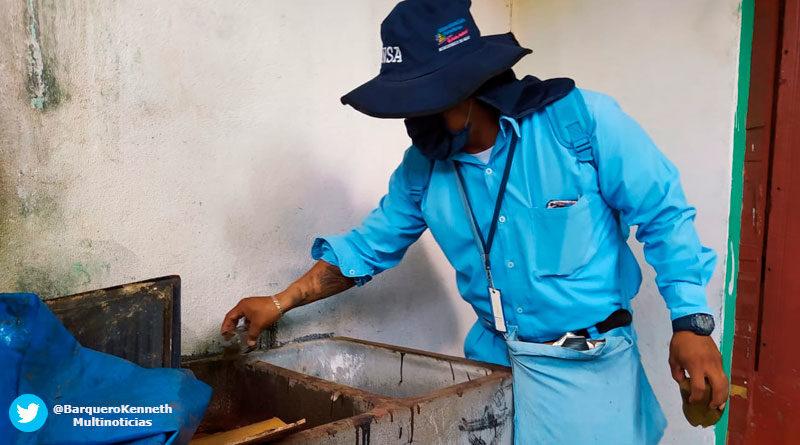 Personal del Ministerio de Salud de Nicaragua abatizando en viviendas del Barrio Altagracia de Managua.