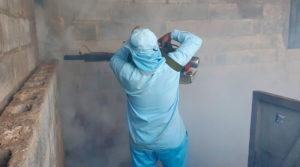 Brigadista del Ministerio de Salud de Nicaragua fumigando una vivienda del barrio Carlos Fonseca de Managua