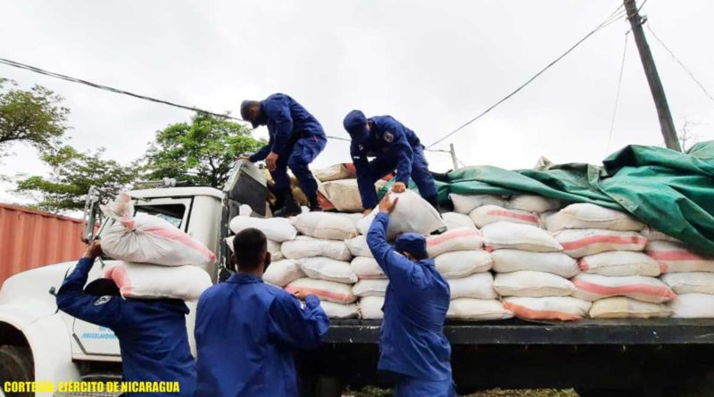 Efectivos militares durante el descargue de paquetes alimenticios en la bodega del INATEC en Bluefields