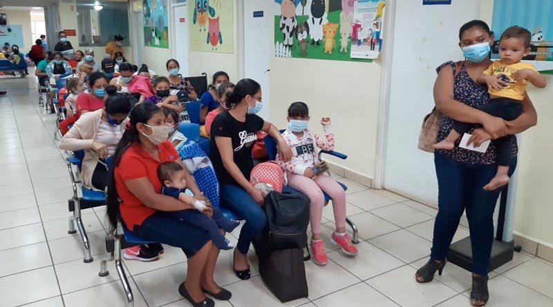 Familiares y pacientes en la sala de espera de oncología del Hospital La Mascota
