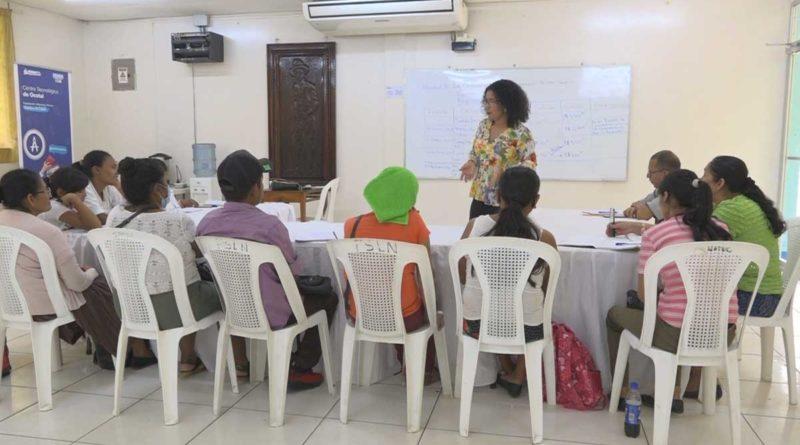 Maestra de INATEC impartiendo curso a personas con capacidades diferentes