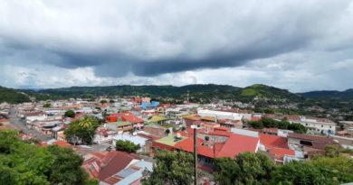 Vista aérea de la ciudad de Boaco cubierta por nubes de lluvia