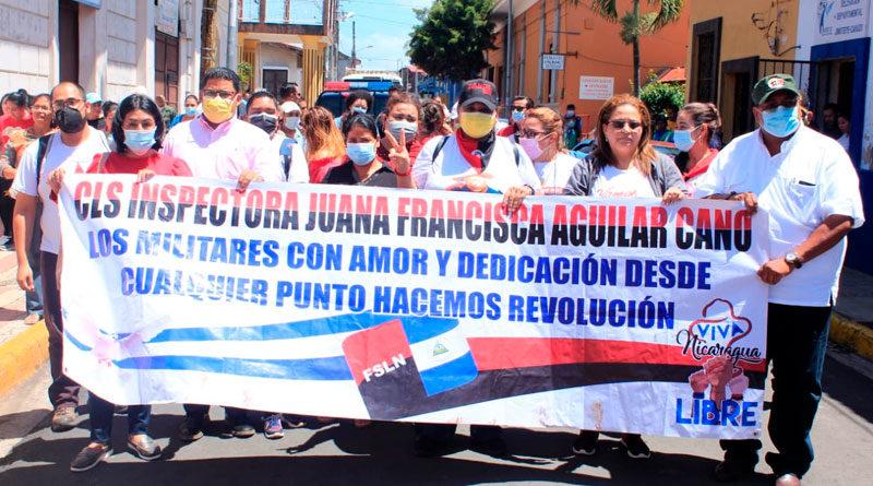 Militantes del Frente Sandinista en Carazo, Nicaragua, rindiendo homenaje a la inspectora Juana Francisca Aguilar Cano