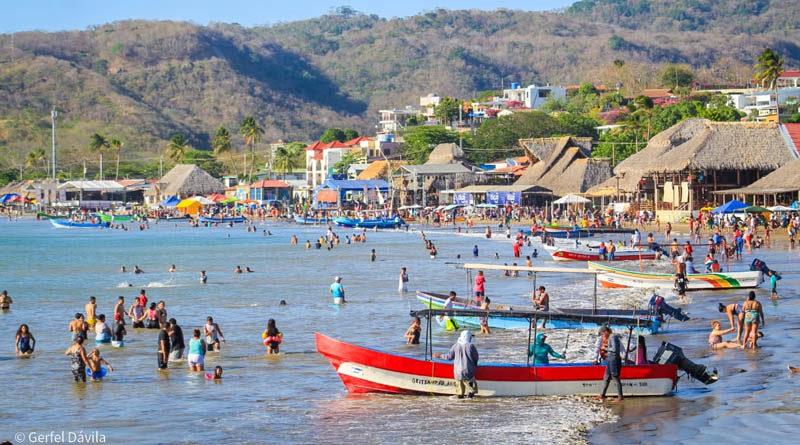 Vista de San Juan del Sur llena de visitantes durante el verano 2021