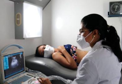 Médico del Ministerio de Salud de Nicaragua realizando un ultrasonido a una mujer embarazada en Colonia Talolinga de Nueva Guinea