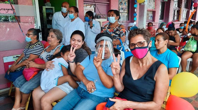 Familias durante el cierre de la Jornada del Poder Ciudadano de Vacunación en Chinandega
