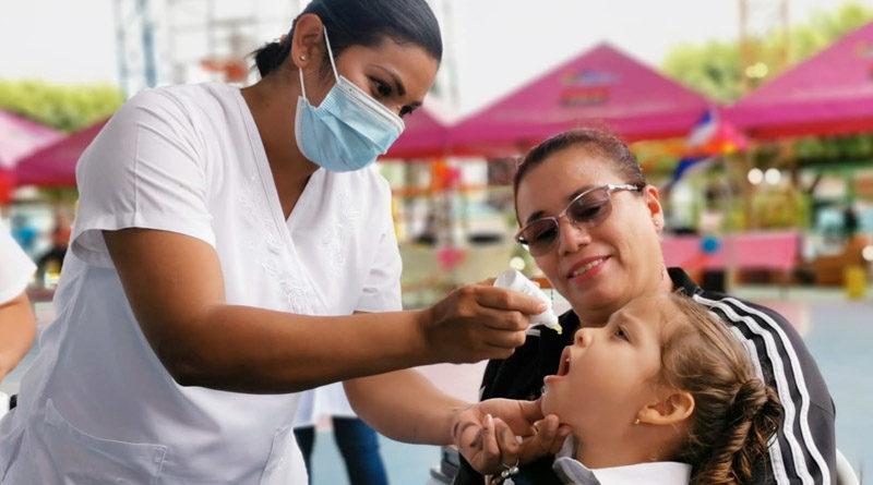 Doctora aplica dosis de vitamina A durante la jornada de vacunación en Matagalpa