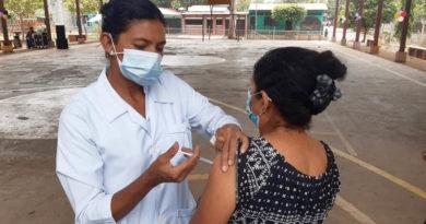 Doctora aplica una vacuna durante la jornada de vacunación en el departamento de Chinandega