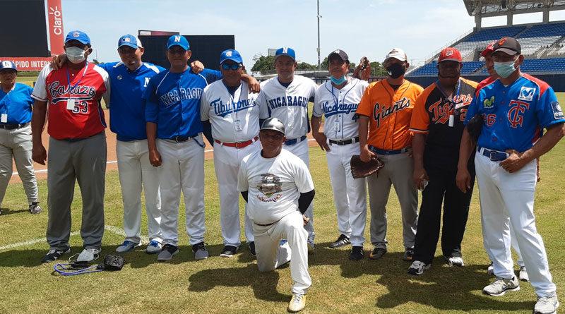 Leyendas del béisbol en Nicaragua durante el juego de Juego de las Leyendas del Béisbol 2020 en el Estadio Nacional de Béisbol en Managua.