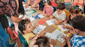 Niños del CDI San Antonio pintando dibujos de Pepa Pig
