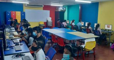 Estudiantes utilizando las computadoras del recién inaugurado laboratorio informático para prácticas del inglés en la UNAN-León