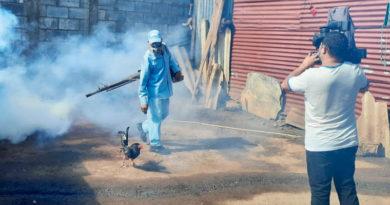 Brigadista del Ministerio de Salud fumigando una de las viviendas del barrio Hialeah