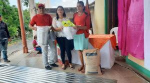 Autoridades del MEFCCA y la Alcaldía, realizan entrega de paquetes a productores de Chontales