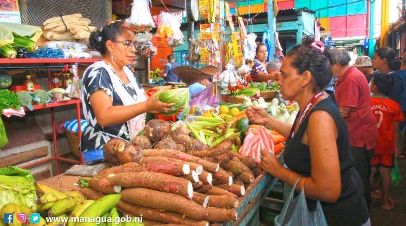 Una señora realiza compras en uno de los tramos del mercadito Candelaria en Managua