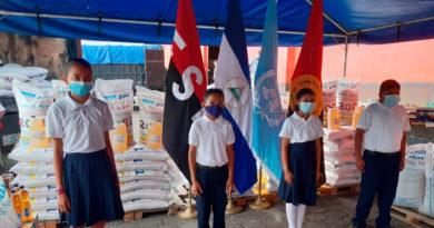 Niños estudiantes nicaragüenses junto a la merienda escolar enviada por el Ministerio de Educación a todas las escuelas públicas de Nicaragua