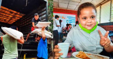 Trabajadores del Ministerio de educación descargando sacos de arroz y niña estudiante de una escuela de Masaya, Nicaragua comienda la Merienda Escolar