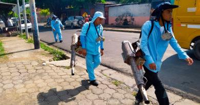 Brigadistas del Ministerio de Salud de Nicaragua fumigando las viviendas del Barrio Monseñor Lezcano de Managua.